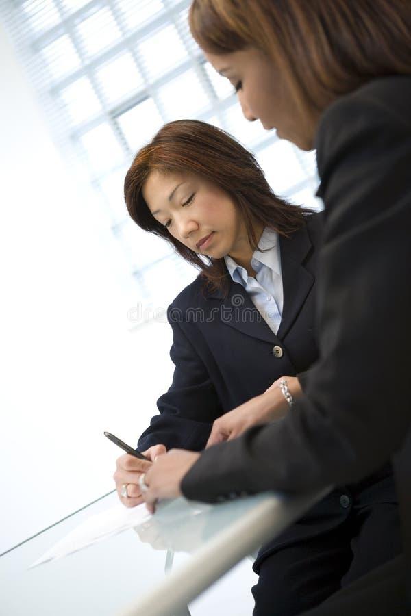 affärskvinnatabell arkivfoto