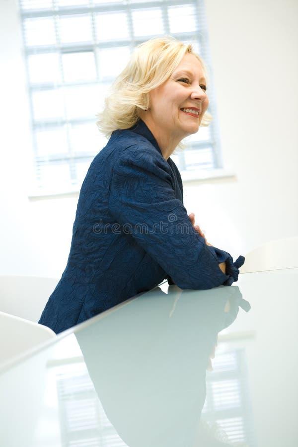 affärskvinnatabell royaltyfri fotografi