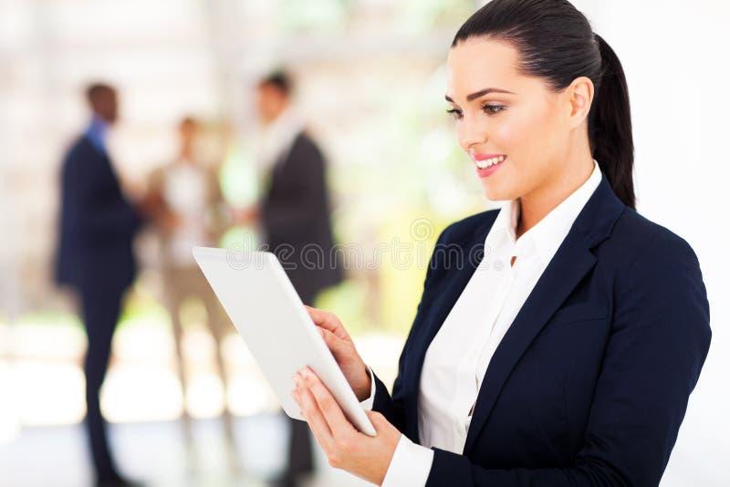 Affärskvinnatabletdator arkivbilder
