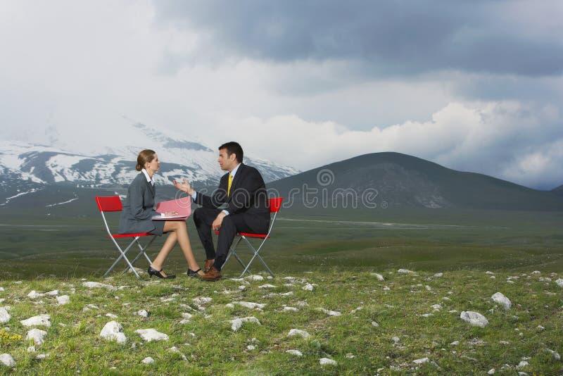 AffärskvinnaTaking Interview Of kandidat i fält arkivfoto