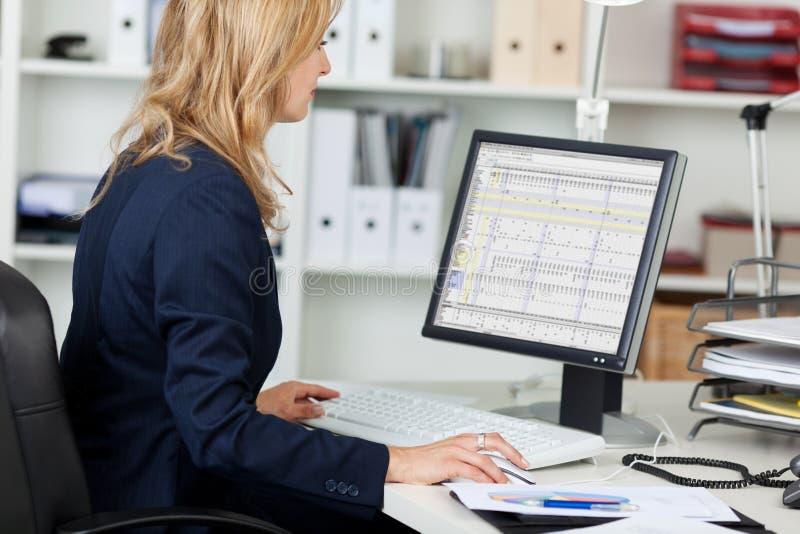 AffärskvinnaUsing Computer At skrivbord arkivfoton