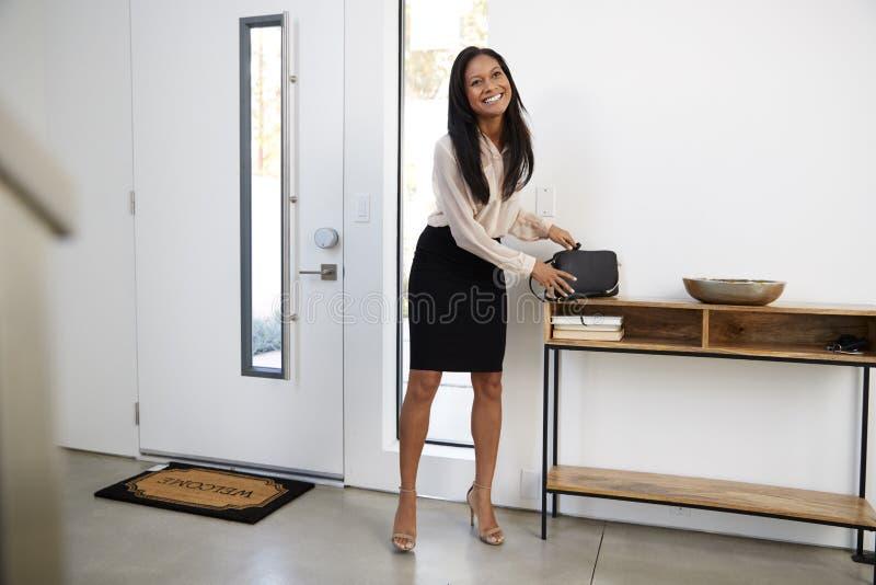 AffärskvinnaWearing Suit Returning hem från arbete fotografering för bildbyråer