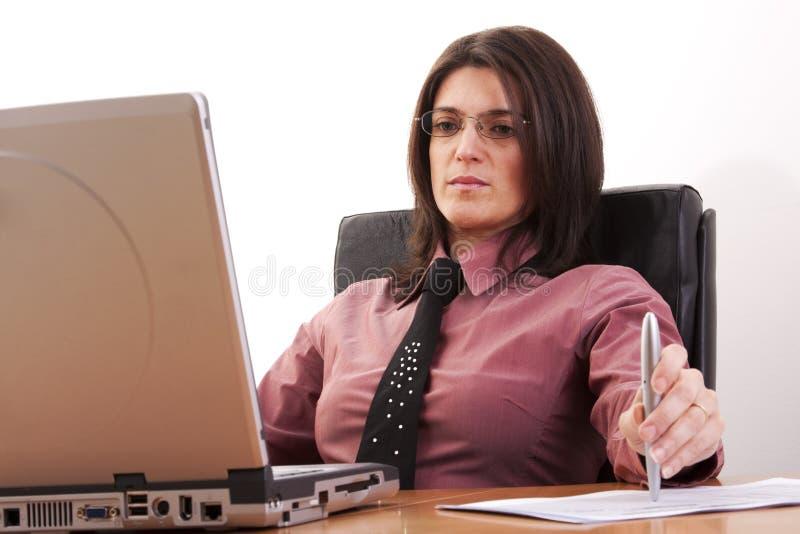 affärskvinnaworking arkivfoton