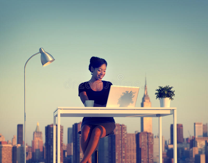 AffärskvinnaWorking Outdoor New York begrepp royaltyfria bilder