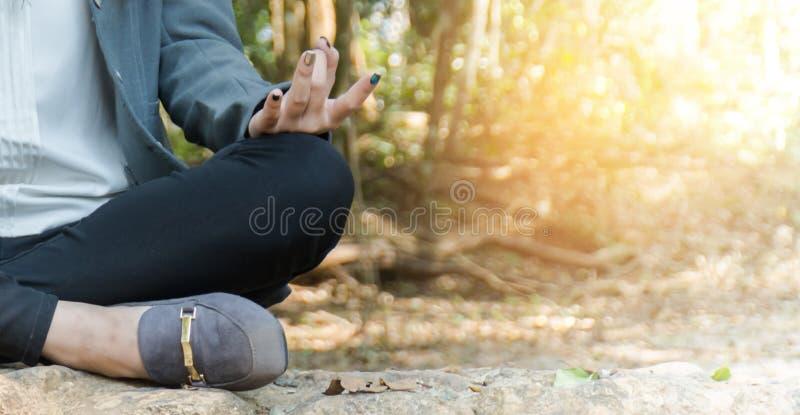 Affärskvinnor är meditationen royaltyfri bild