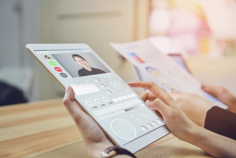 Affärskvinnor använder en minnestavlaskärm med videopp lag för en appell arkivbild