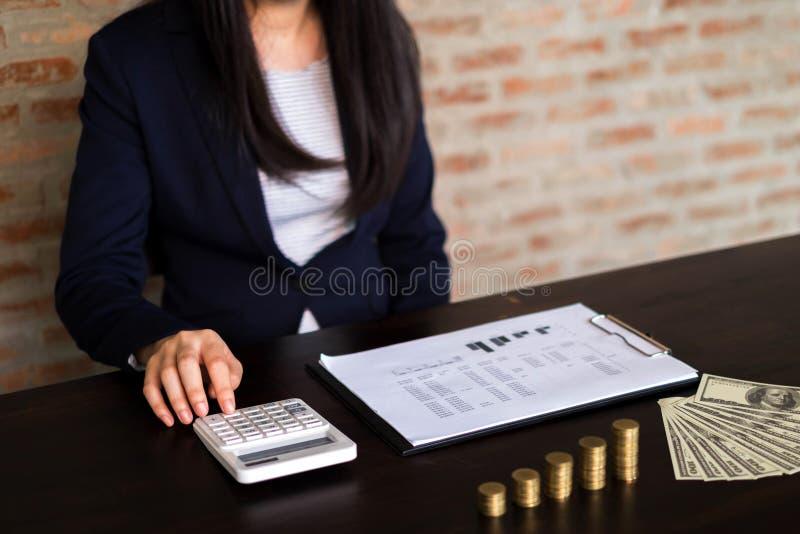 Affärskvinnor beräknar inkomsten från exportaffären på t royaltyfri bild