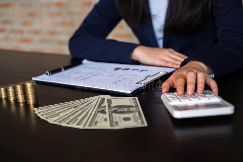 Affärskvinnor beräknar inkomsten från exportaffären på t royaltyfria foton
