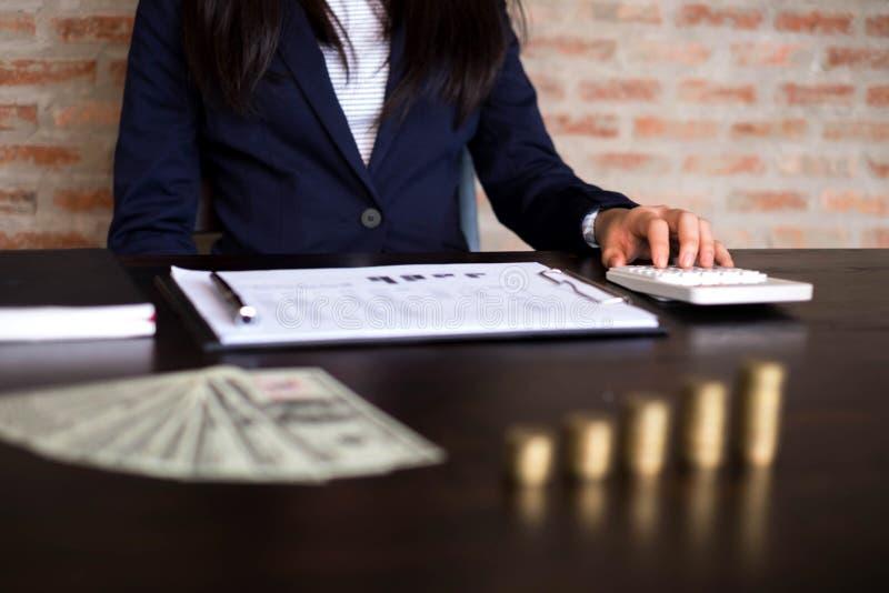 Affärskvinnor beräknar inkomsten från exportaffären på t arkivfoto