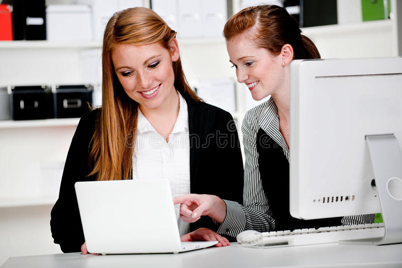 Affärskvinnor med bärbar dator och datoren royaltyfria foton