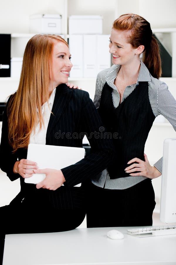 Affärskvinnor med bärbar dator och datoren royaltyfri foto
