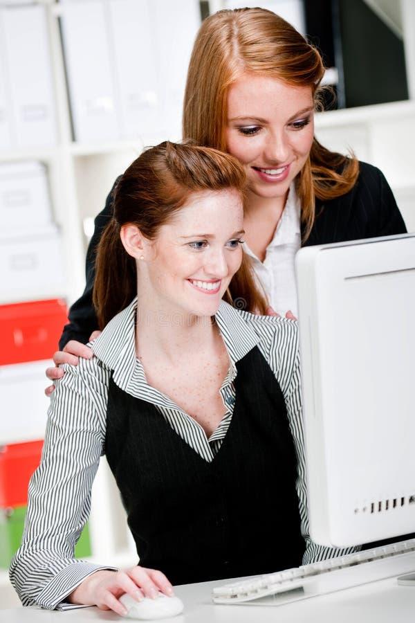 Affärskvinnor med datoren arkivfoton