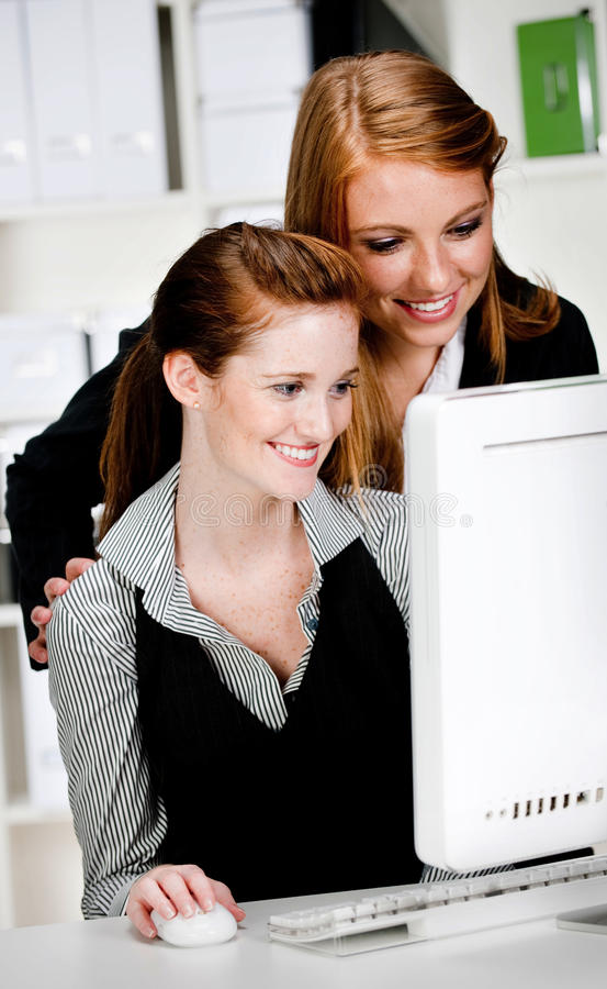 Affärskvinnor med datoren arkivbilder