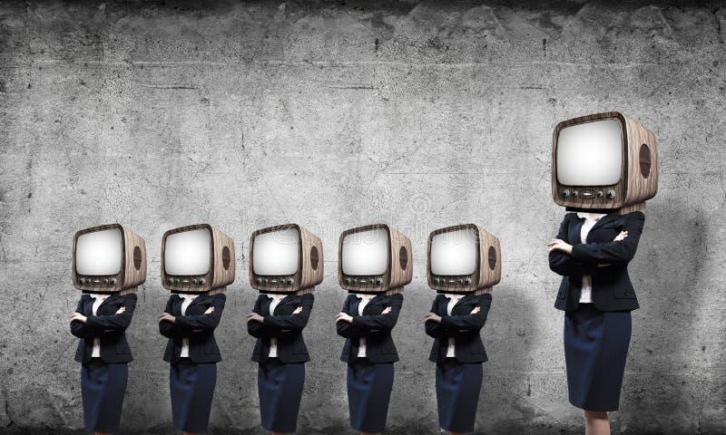 Affärskvinnor med gammal TV i stället för huvudet arkivfoto