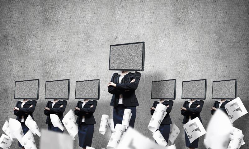 Affärskvinnor med TV i stället för huvudet arkivbild