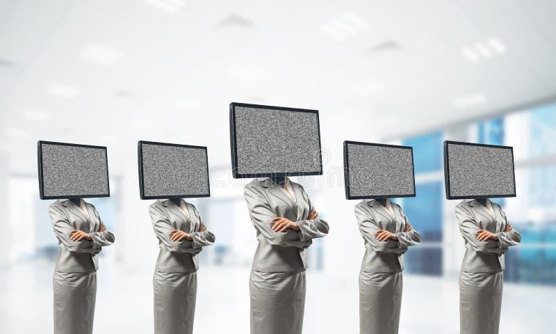 Affärskvinnor med TV i stället för huvudet fotografering för bildbyråer