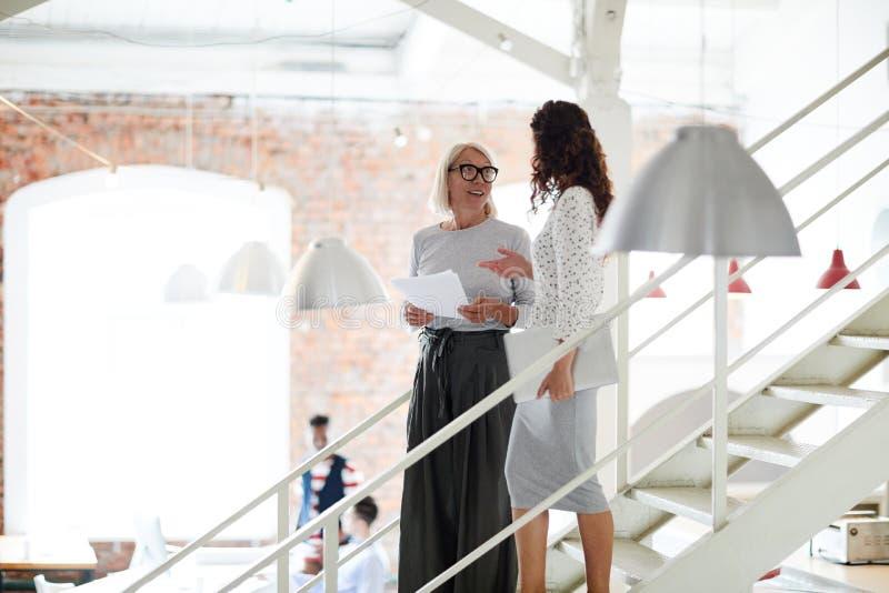 Affärskvinnor på det moderna kontoret arkivbilder