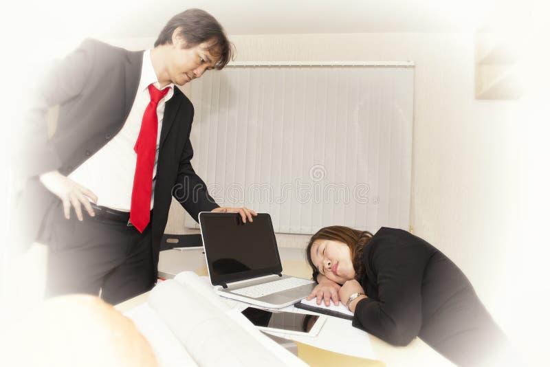 Affärskvinnor som är sömniga och som är trötta från att arbeta hårt arkivfoto