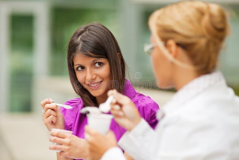 Affärskvinnor Som äter Yoghurt Royaltyfri Bild
