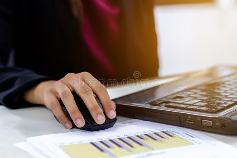 Affärskvinnor som använder arbetet för bärbar datordator arkivbilder