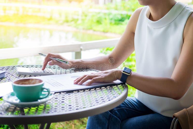 Affärskvinnor som arbetar, genom att använda räknemaskinen för den finansiella processen royaltyfri bild