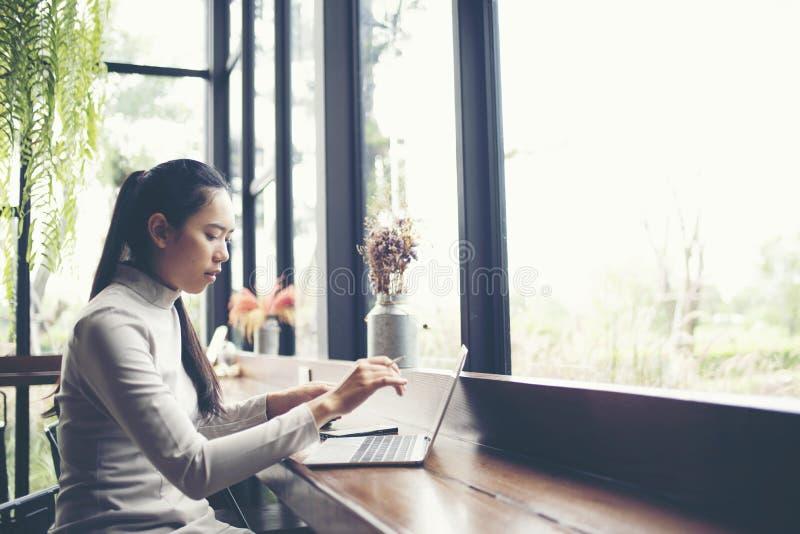 affärskvinnor som arbetar med bärbara datorn, online-affär som marknadsför Co royaltyfri fotografi