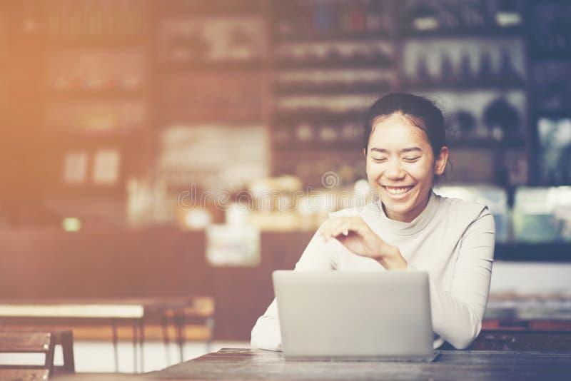 affärskvinnor som arbetar med bärbara datorn, online-affär som marknadsför Co royaltyfria foton