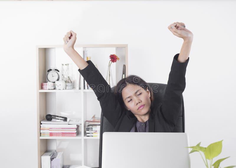 Affärskvinnor som arbetar på kontorsskrivbordet royaltyfri foto