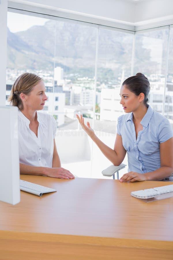 Affärskvinnor som argumenterar i kontoret fotografering för bildbyråer