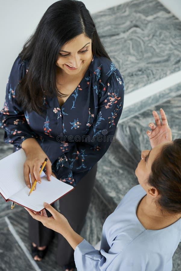 Affärskvinnor som diskuterar plan och idéer royaltyfri fotografi