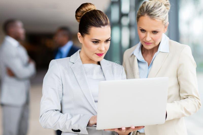affärskvinnor som fungerar tillsammans arkivfoton