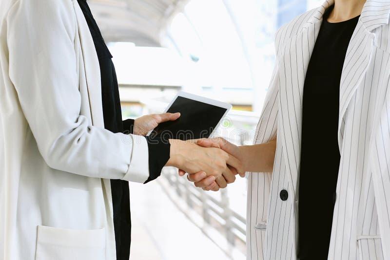 Affärskvinnor som hälsar och skakar handen, affärsförhandlingmöte royaltyfria bilder