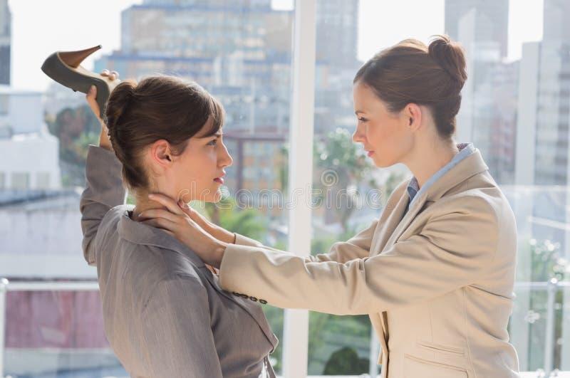Affärskvinnor Som Har Ett Våldsamt Slagsmål Royaltyfri Fotografi