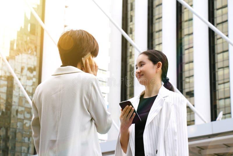 Affärskvinnor som konsulterar på telefonen för affärsavtal arkivfoto