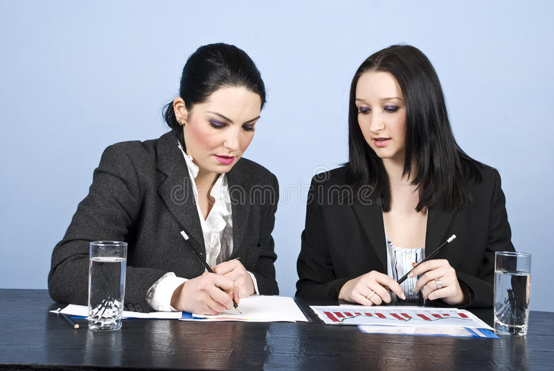 affärskvinnor som möter kontoret, skriver royaltyfria bilder