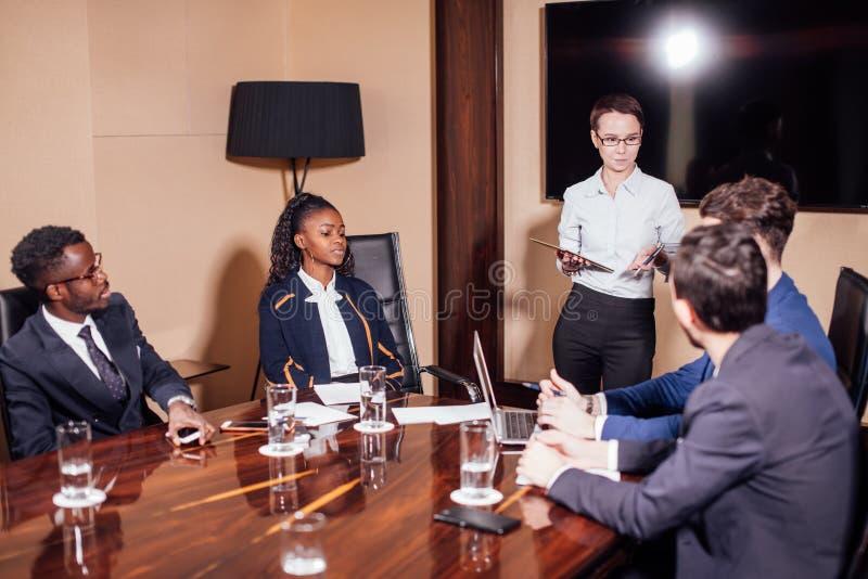 Affärskvinnor som påverkar varandra på mötet i modernt kontor royaltyfri fotografi