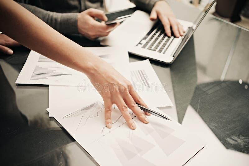 Affärsläge, lagarbete Penna för kvinnlig hand för foto hållande Man som använder smartphonen och den moderna bärbara datorn Funkt arkivfoto