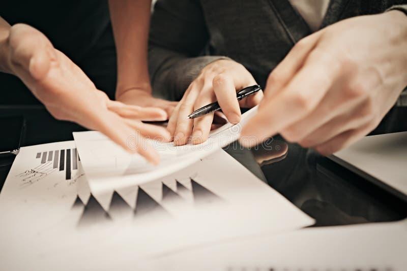 Affärsläget, undertecknar rapporter För handvisning för foto kvinnligt dokument Maninnehavrapport och användapenna Funktionsdugli arkivbilder