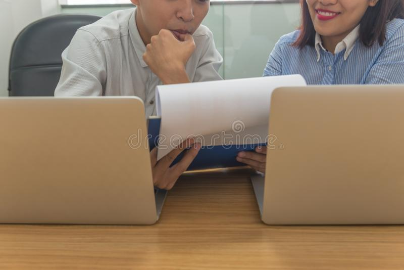 Affärslag att diskutera till varandra om finansiell rapport i mötesrummet arkivfoto