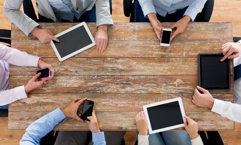 Affärslag med smartphones och minnestavlaPC royaltyfri bild