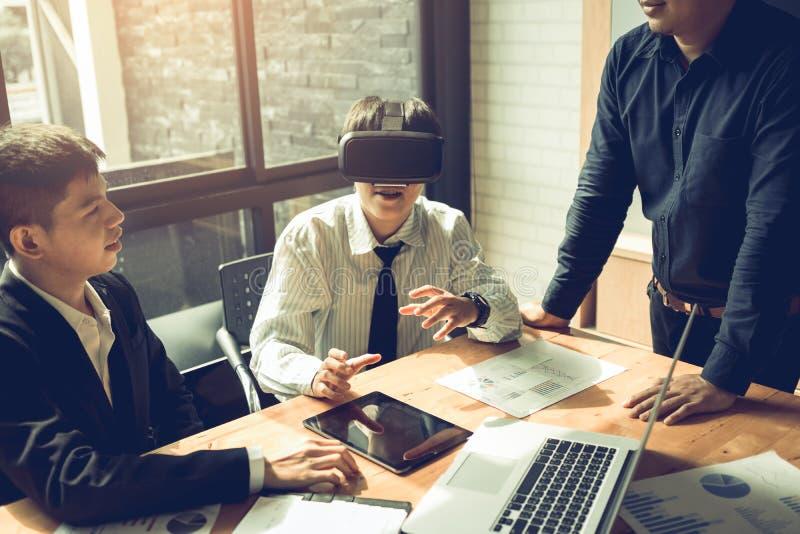 Affärslag med virtuell verklighethörlurar med mikrofon i kontoret royaltyfria bilder