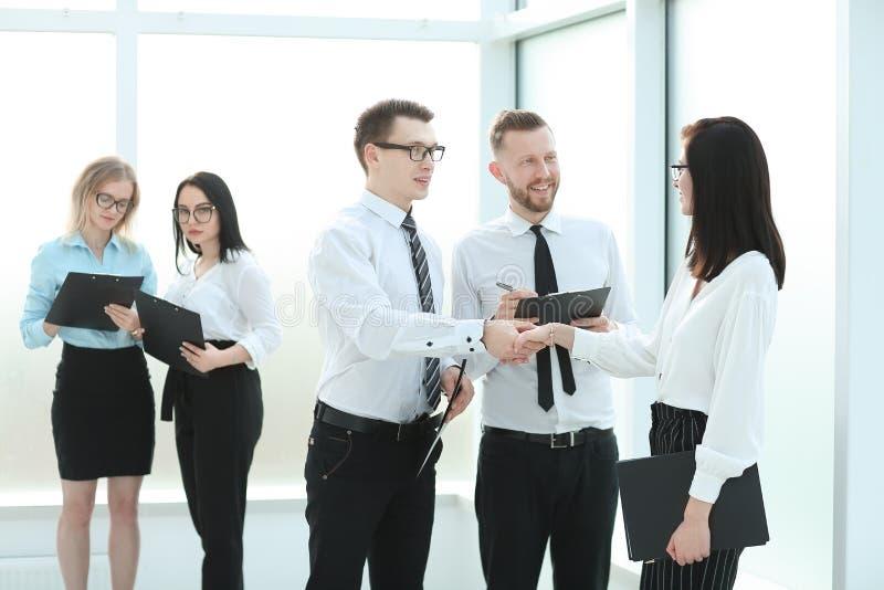 Affärslag och handskakning av anställda för affärsmötet arkivbild