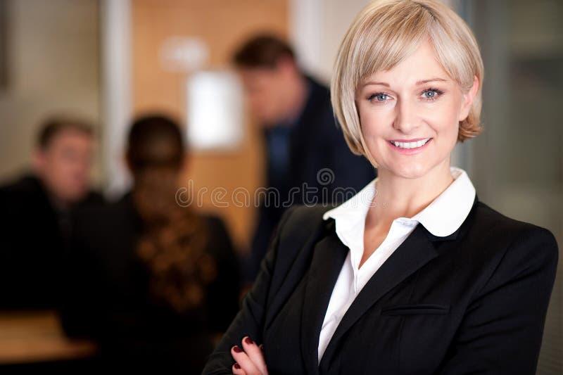 Affärslag på arbete, chef i förgrund royaltyfri foto