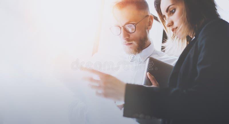 Affärslag på den arbetande processen Ungt coworkersarbete med ny start Möte för projektchefer Panorama- fönster på arkivfoton