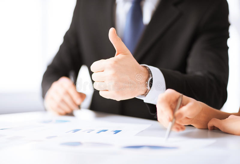Affärslag på möte som diskuterar diagram royaltyfri fotografi