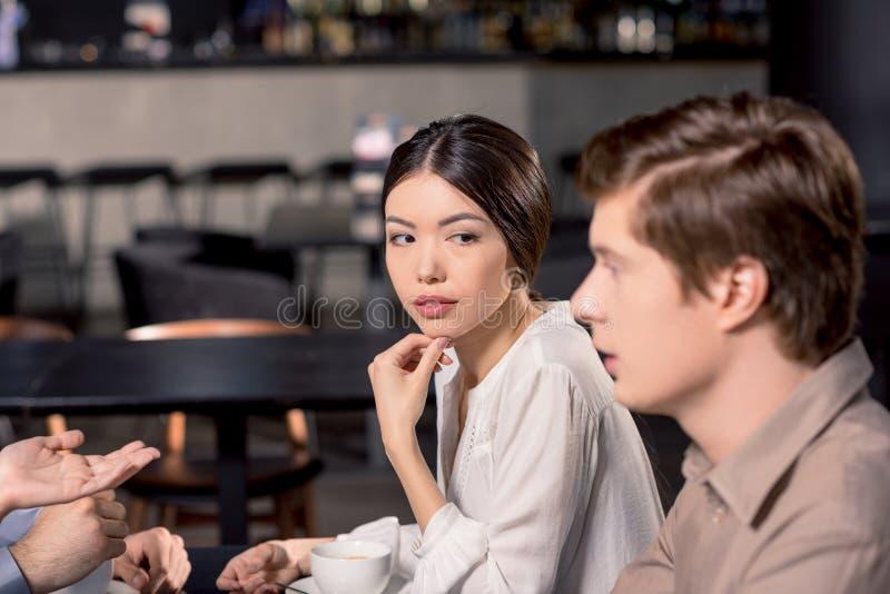 Affärslag på möte som diskuterar projekt i kafé royaltyfri bild