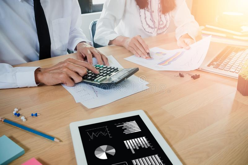 Affärslag som analyserar inkomstdiagram och grafer med den moderna bärbar datordatoren royaltyfria foton