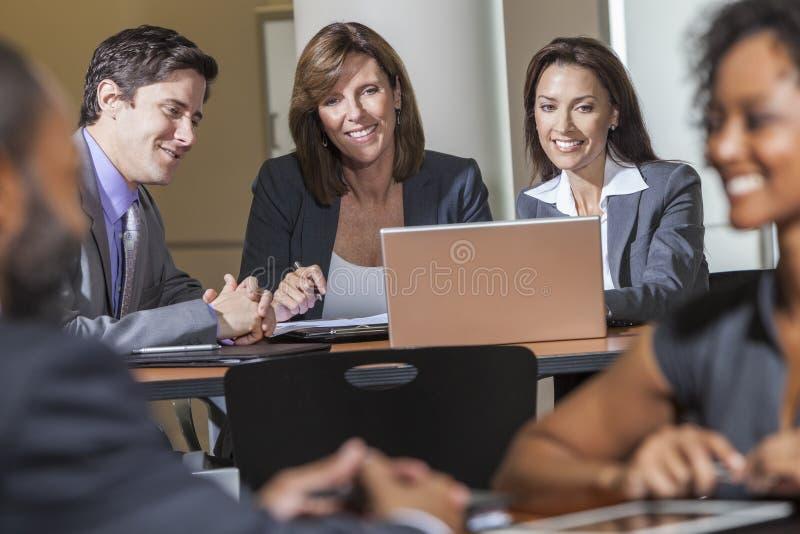 Affärslag som använder bärbar datordatoren i möte royaltyfri bild