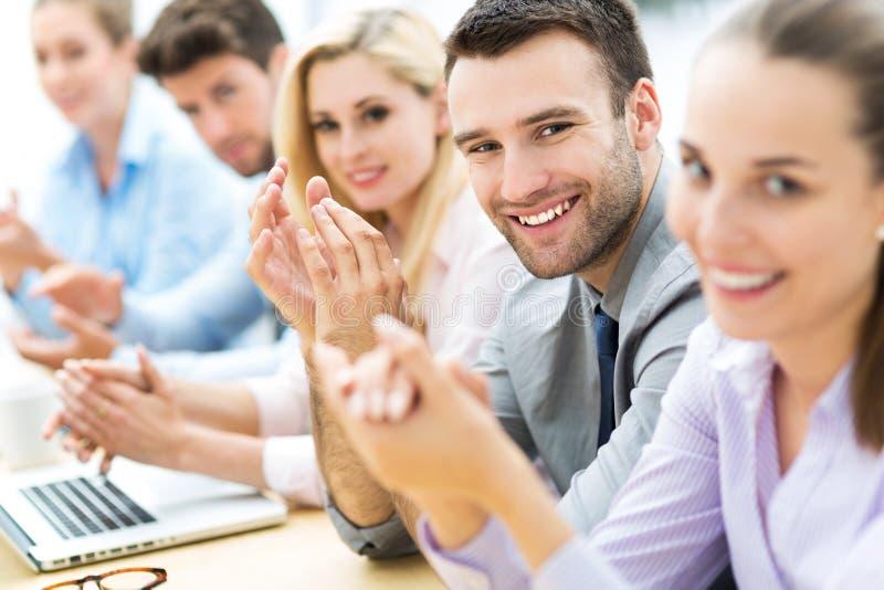 Affärslag som applåderar i applåd arkivfoto