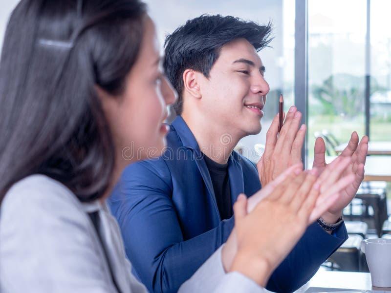Affärslag som applåderar kollegan på ett möte fotografering för bildbyråer